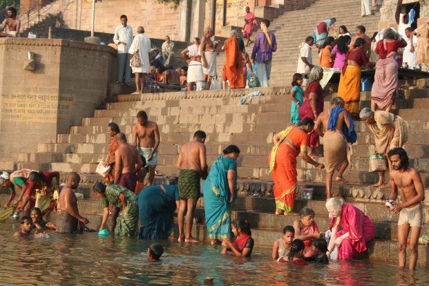 印度人視恆河為聖河,認為在此中沐浴即能洗清罪孽,此外,舉凡洗澡、洗衣、排洩皆可在河中進行。然而,霍亂最常見的感染原因即為誤飲遭病人糞便污染過的水,也因此在霍亂爆發時,恆河即成為重要的病原集散地。(攝影/Jon Rawlinson  )