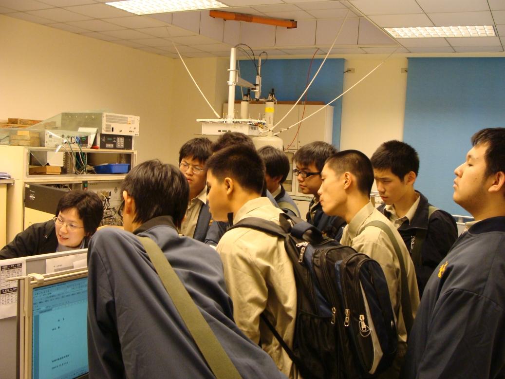 建中科學班學生參觀台大化學系實驗室