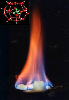 甲烷因加熱釋放而燃燒,水分溢出(美國地質調查所)。 嵌入圖:包合物結構© (Uni. Göttingen, GZG. Abt. Kristallographie). 來源:美國地質調查所