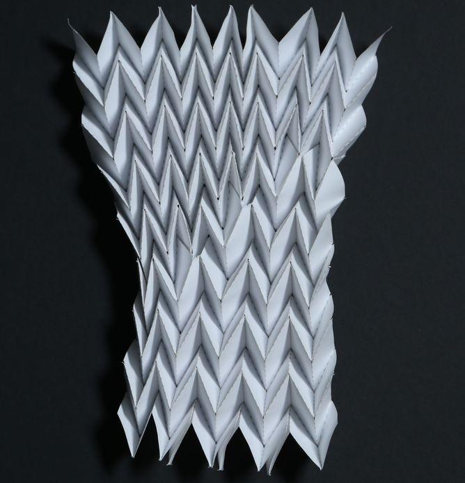 添加缺陷的三浦摺疊,這些缺陷使底部的摺數比頂部少。照片由傑西•西爾弗伯格(Jesse Silverberg)及康乃爾大學的伊戴•柯恩研究團隊(Itai Cohen Group at Cornell University)提供。