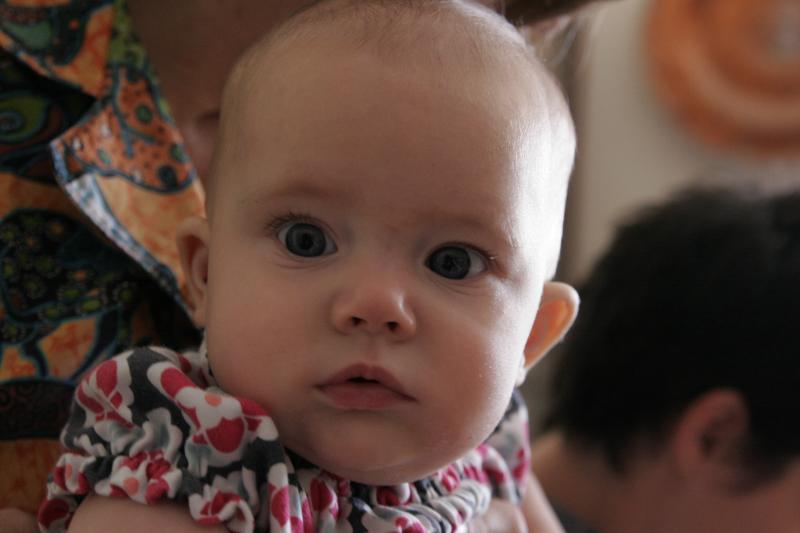 圖說:藉由嬰兒凝視的方向和凝視時間長短,研究者得以推測還不會講話的嬰幼兒的想法。CC by madgerly