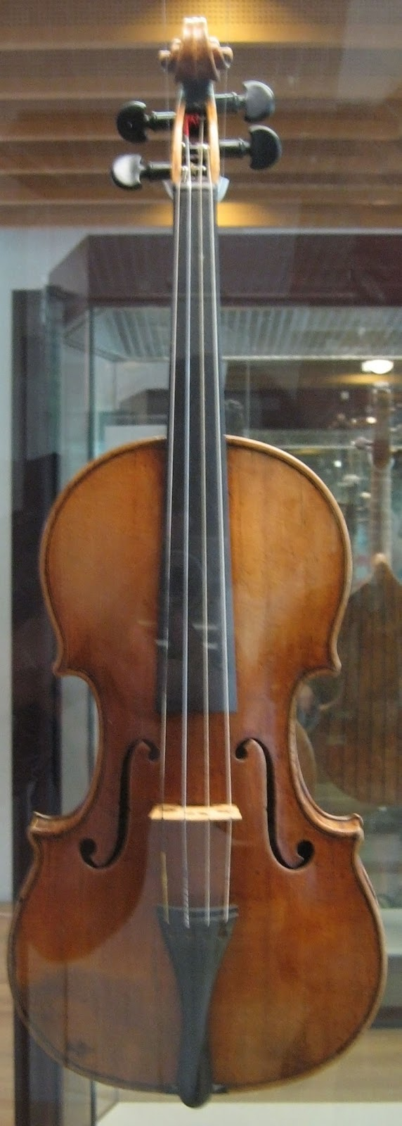斯特拉迪瓦里在1703年製作的小提琴。 圖片來源:Wikipedia