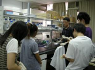 【臺灣師範大學】98-B2-1 跨領域『生物與材料』專題學習-材料表面微結構對於哺乳動物細胞